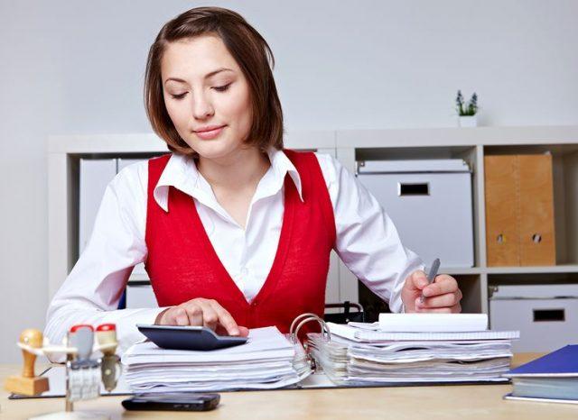 Девушка с бумагами