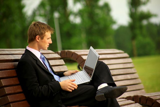 Мужчина с компьютером